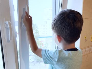 защита на окна от детей, установка замков на окна от детей